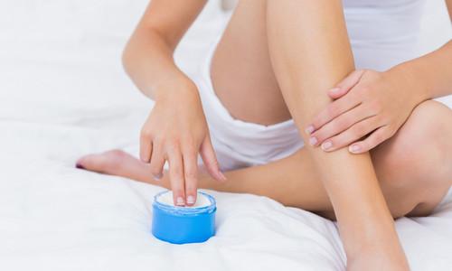 Осуществление ухода за кожей после шугаринга