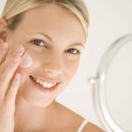 Защита кожи кремом при осветлении волос на лице