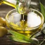Удаление остатков воска оливковым маслом