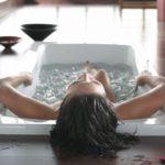 Распаривание кожи при помощи горячей ванны