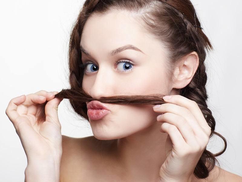 Длинные волосы в носу