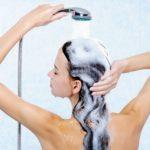 Процесс мытья волос шампунем с добавлением соды